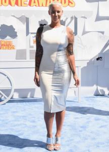 Amber Rose, robe aluminium et mule accordées