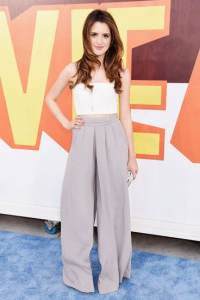 Laura Marano radieuse dans un ensemble Alice and Oliva/Ramy Brook