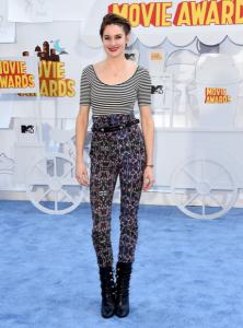 Shailene Woodley, pantalon taille haute et marinière